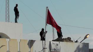 Les forces de sécurité lancent un assaut après l'attaque jihadiste sur la ville de Ben Guerdane, près de la frontière tunisienne, le 7 mars 2016. (TASNIM NASRI / ANADOLU AGENCY/ AFP)