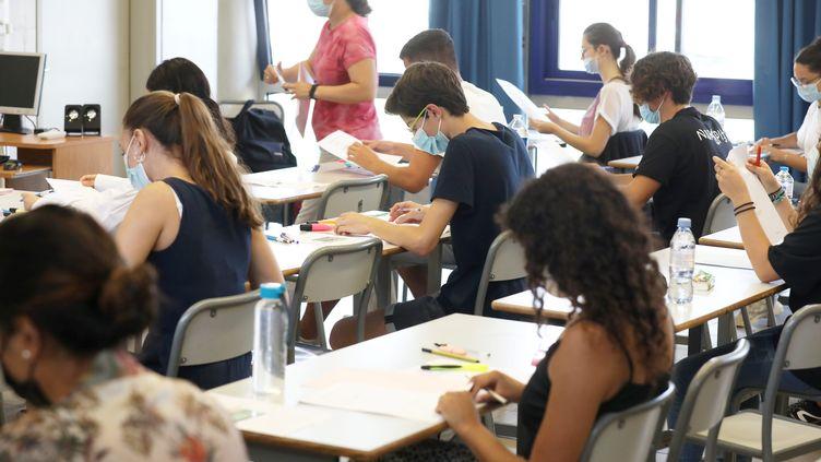 Les lycéens planchent sur l'épreuve de philosophie à Frejus dans le Var, le 17 juin 2021. (PHILIPE ARNASSAN / MAXPPP)