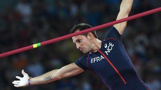 Le Français Renaud Lavillenie lors de sa qualification pour la finale du saut à la perche aux championnats du monde2015 à Pékin (Chine), le 22 août 2015. (FRANCK FIFE / AFP)