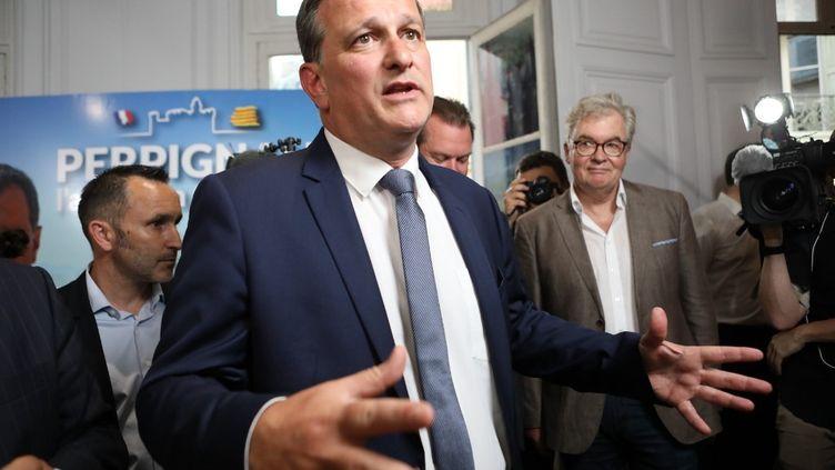 Louis Aliot à Perpignan, le 28 juin 2020, s'adresse à des journalistes après avoir été élumaire du chef-lieu des Pyrénées-Orientales. (RAYMOND ROIG / AFP)