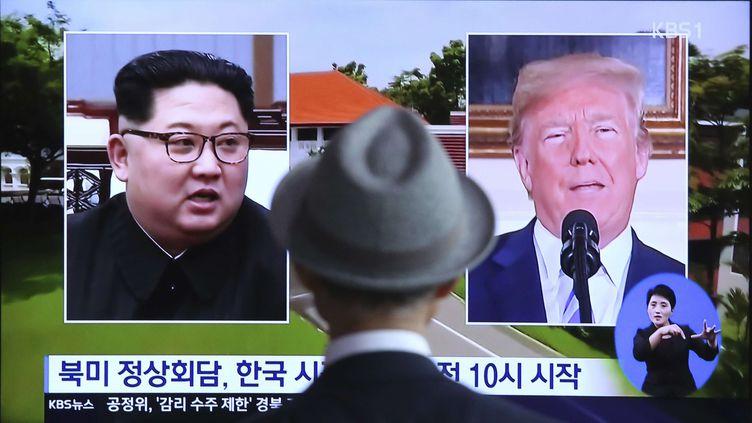 Un homme regarde un écran de télévision montrant des archives du président américain Donald Trump, à droite, et du dirigeant nord-coréen Kim Jong-un lors d'un reportage diffusé à la gare de Séoul, en Corée du Sud, lundi 11 juin 2018. (AHN YOUNG-JOON/SIPA)