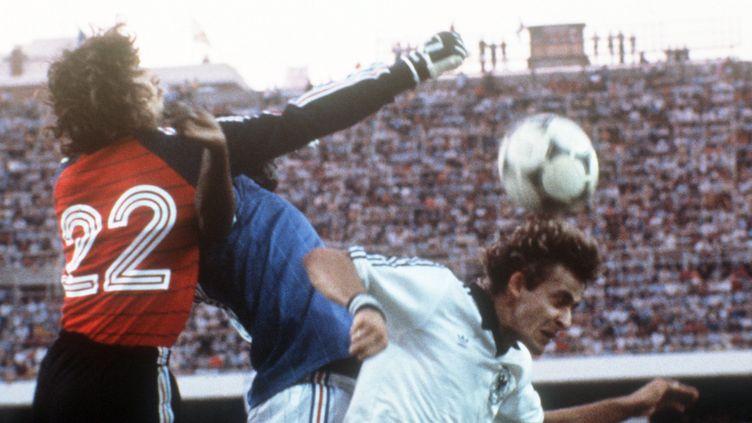Le gardien de but Jean-Luc Ettori, le défenseur françaisMarius Trésoret le joueur allemandPierre Littbarski, à Séville (Espagne) en 1982, en demi-finale de Coupe du monde. ( DPA / AFP )