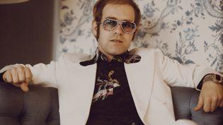 Le chanteur et compositeur Elton John à Londres en novembre 1973. (MICHAEL PUTLAND / HULTON ARCHIVE / GETTY IMAGES)