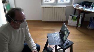 Confiné chez lui jusqu'au 4 mars, le docteurPhilippe Pinilo, candidat sans étiquette aux élections municipales deCrépy-en-Valois, reste encontactavec ses colistierspar téléphone etvisio-conférence. (GILLES GALLINARO / RADIO FRANCE)