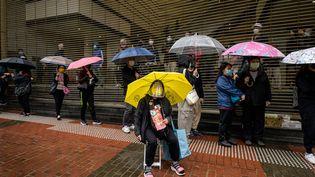Des militants devant le tribunal de Hong Kong, le 4 mars 2021. (ANTHONY WALLACE / AFP)