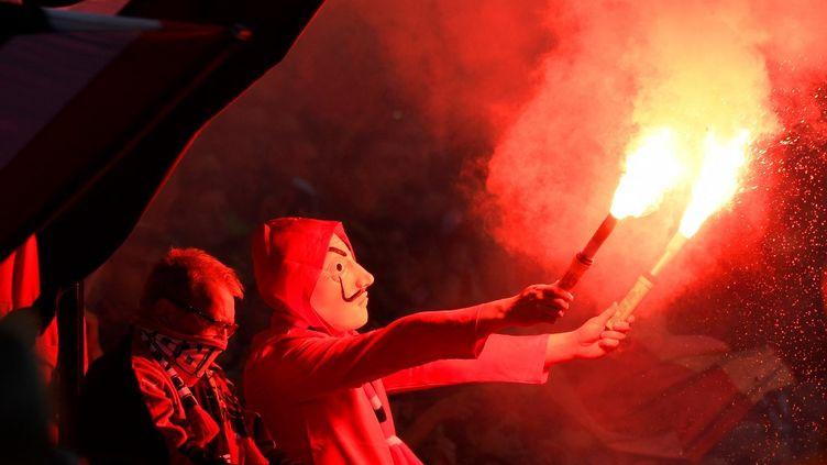Un supporter de Rennes, fusée de détresse en mains, à Montpellier, le 19 mai 2018. (DAMIEN MEYER / AFP)