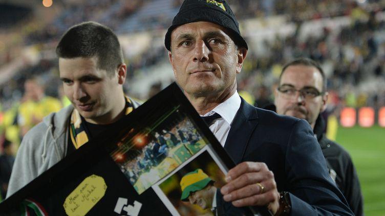 Michel Der Zakarian avec les supporteurs de Nantes qui lui ont fait un cadeau à l'issue du dernier match à La Beaujoire (JEAN-SEBASTIEN EVRARD / AFP)
