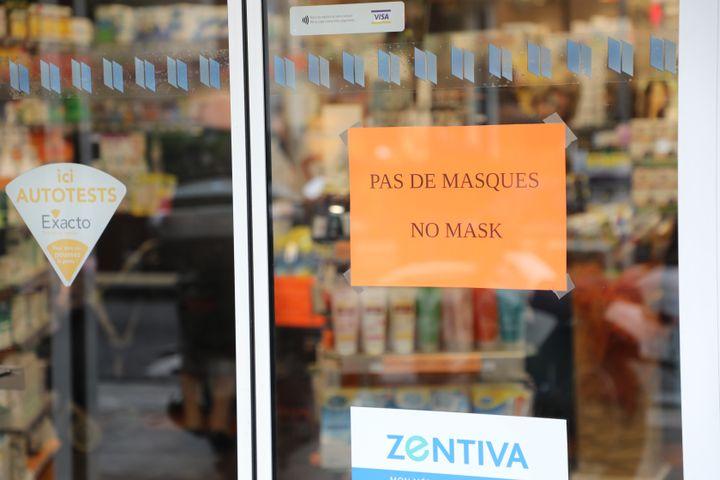 La devanture d'une pharmacie, à Nice (Alpes-Maritimes), affiche une pénurie de masques contre le coronavirus, le 25 février 2020. (JULIETTE CAMPION / FRANCEINFO)