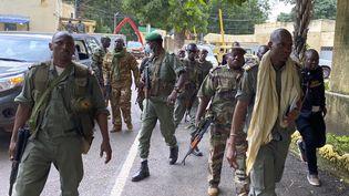 Des membres de la junte militaires malienne arrivent au ministère de la Défense à Bamako, le 19 août 2020. (MALIK KONATE / AFP)