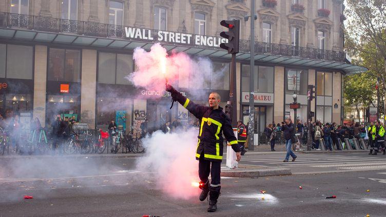Un pompier manifete, place de la République, à Paris, le 15 octobre 2019. (JULIETTE AVICE / HANS LUCAS)