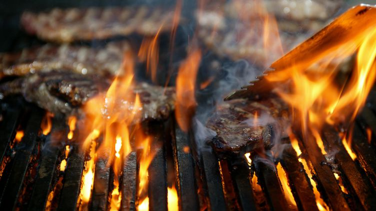 Des flammes sortent d'un barbecue. (THE AGE / FAIRFAX MEDIA)