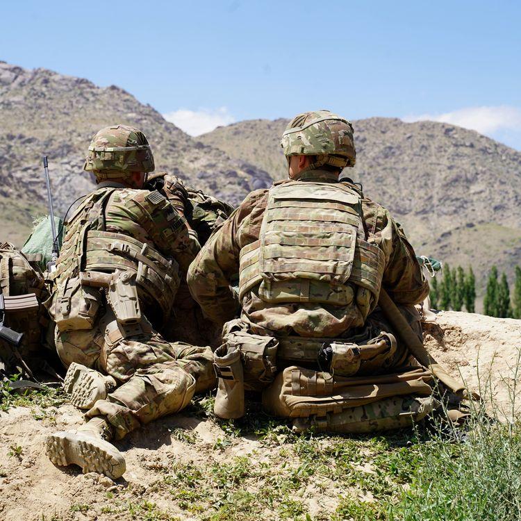Des soldats américains observent le terrain lors d'une visite du commandant des forces américaines et de l'Otan en Afghanistan, le 6 juin 2019, dans le district de Nerkh. (THOMAS WATKINS / AFP)