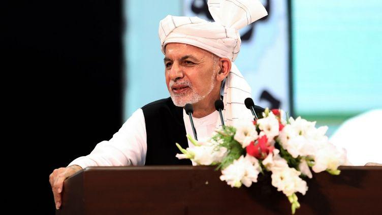 """Le président afghan Ashraf Ghani lors de la """"loya jirga"""", l'assembléequi a accepté, le 9 août 2020 à Kaboul, la libération des 400 prisonniers talibans. (HANDOUT / PRESS OFFICE OF PRESIDENT OF AFG / AFP)"""