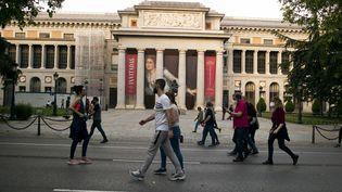 Des passants sur le Paseo del Prado à Madrid (Espagne), le 9 mai 2020. (OSCAR GONZALEZ / NURPHOTO / AFP)