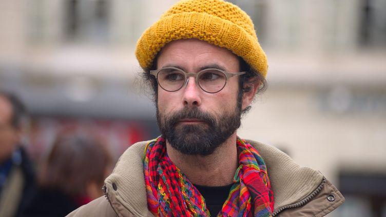 Le militant Cédric Herrou au tribunal de Nice (Alpes-Maritimes), le 10 février 2017. (CITIZENSIDE/ERICK GARIN / CITIZENSIDE / AFP)