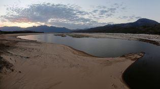 Une vue du lac-barrageTheewaterskloof, presque totalement à sec, le 2 juin 2017, en Afrique du Sud, près du Cap. (MIKE HUTCHINGS / REUTERS)