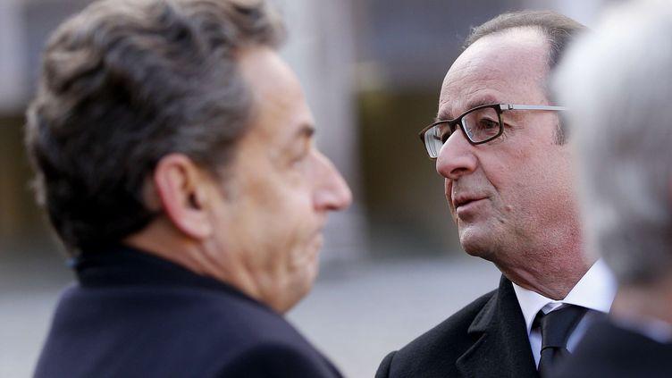 L'ancien président de la République,Nicolas Sarkozy, et l'actuel chef de l'Etat, François Hollande, se rencontrent lors d'une cérémonie aux Invalides, le 3 février 2015. (YOAN VALAT / AP / SIPA)