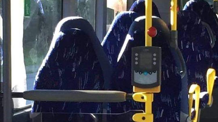 """La photo des sièges de bus postée fin juillet sur la page dugroupe FacebookFedrelandet viktigst, avec cette simple question : """"Qu'en pensez-vous ?"""" (CAPTURE D'ÉCRAN / SINDRE BEYER / FACEBOOK)"""