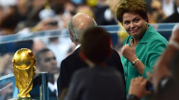 La présidente du Brésil, Dilma Rousseff, lève son pouce lors de la finale de la Coupe du monde, le 13 juillet 2014 à Rio de Janeiro (Brésil). (NELSON ALMEIDA / AFP)