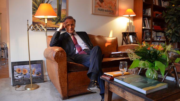 Le maire UMP de Draveil (Essonne), Georges Tron, le 12 mars 2014 dans son bureau. (THOMAS BAIETTO / FRANCETV INFO)