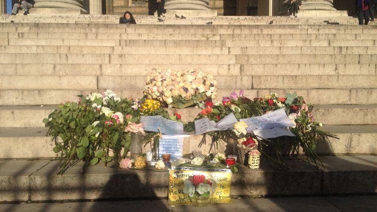 Sur les marches de l'église, des fleurs, petits mots, adressés au chanteur défunt. (MORGANE HEUCLIN-REFFAIT - RADIO FRANCE)