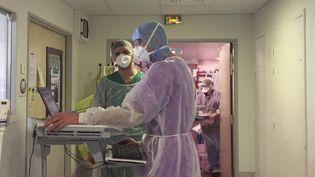 Au cœur de la région Grand Est, l'hôpital de Metz-Thionville en Moselle se sent abandonnée. Les équipes ont perdu un de leur collègue, un médecin décédé du Covid-19. (France 3)