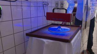 Pour rassurer ses clients, le chef étoilé de Colmar(Haut-Rhin), Éric Girardin, a installé des lampes à UV pour désinfecter ses plats avant de les servir en salle. (CAPTURE ECRAN FRANCE 2)