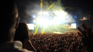 La foule lors du concert de Damien Saez aux Francofolies de La Rochelle, le 14 juillet 2013. (PHILIPPE LECOEUR / MAXPPP)