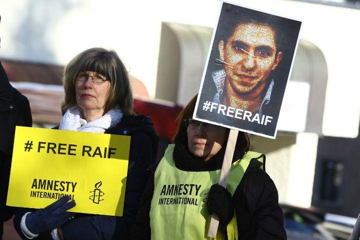 Manifestation d'Amnesty International à Davos (Suisse) le 24 janvier 2015 pour la libération du blogueur saoudien Raif Badawi. (EVREN ATALAY / AFP)
