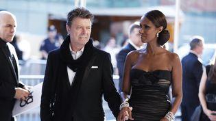 David Bowie et son épouse Iman le 7 juin 2010 à New York (Etats-Unis) lors d'une cérémonie de remise de prix au Conseil des créateurs de mode américains (CFDA) (LUCAS JACKSON / REUTERS)