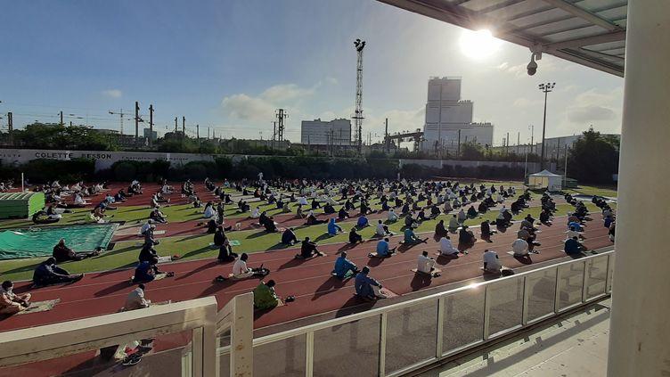 Plus de 2000 musulmans participent à une prière de l'Aïd-el Fitr ce dimanche 24 mai, au sein du complexe sportif Louison-Bobet à Levallois-Perret. (Valentin Dunate / Radio France)