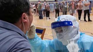 Covid-19 : à Nankin, en Chine, la résurgence de cas inquiète, mais les autorités se veulent rassurantes (France 2)