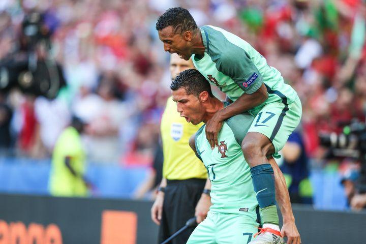 Dans le nouveau 4-4-2 portugais, Cristiano Ronaldo a souvent Nani sur le dos. (BRUNO FONSECA / BRAZIL PHOTO PRESS / AFP)