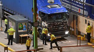 """Les encombrements tant redoutés n'ont pas eu lieu à l'entrée en vigueur de nouvelles formalités des deux côtés de la Manche. Près de 200 camions ont aussi emprunté le tunnel sous la Manche dans la nuit, """"sans aucun problème"""" malgré le rétablissement de formalités douanières, selon son exploitant Getlink. (JUSTIN TALLIS / AFP)"""
