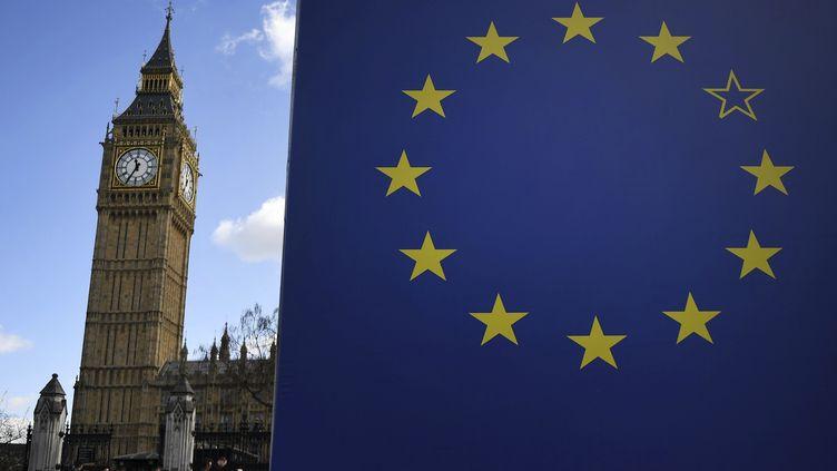 Le parlement à Londres et le drapeau européen. Photo d'illustration. (ANDY RAIN / EPA)