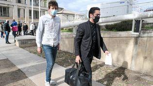 Alexandre (à gauche), jeune SDF de Montpellier, verbalisé plusieurs fois pour non port du masque sanitaire contre le Covid-19. (RICHARD DE HULLESSEN / MAXPPP)