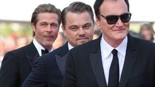 """(De gauche à droite) Brad Pitt, Leonardo DiCaprio et Quentin Tarantino, la crème du cinéma américain sur le tapis rouge de""""Once Upon a Time... in Hollywood"""" ce soir. (VALERY HACHE / AFP)"""