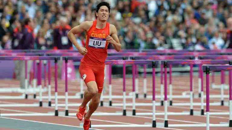 Liu Xiang, blessé, longe les haies à cloche pied