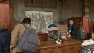 """Le tournage de la série """"Un village français"""" s'étant achevé, une grande brocante a été organisée pour vendre les éléments d'époque qui constituaient le décor. (FRANCE 3)"""