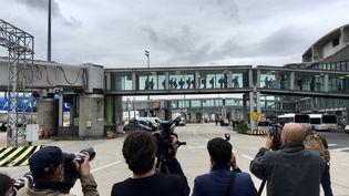 Les ressortissants français et étrangers évacués de Kaboul par la France arrivent à l'aéroport de Roissy Charles-de-Gaulle, le 17 août 2021. (GUILLAUME BONNET / AFPTV)