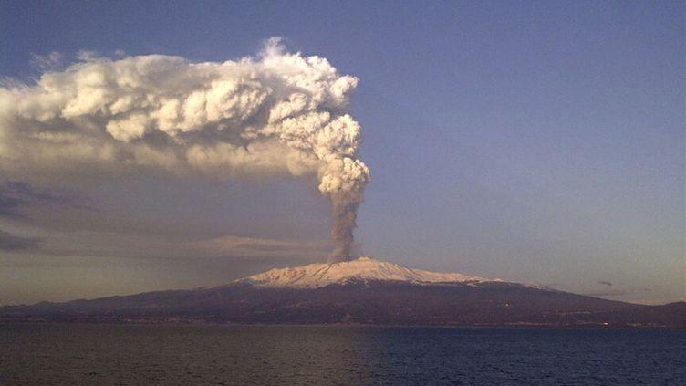 L'Etna en éruption dans le sud de la Sicile (Italie), le 5 janvier 2011. (ANTONIO DENTI / REUTERS)