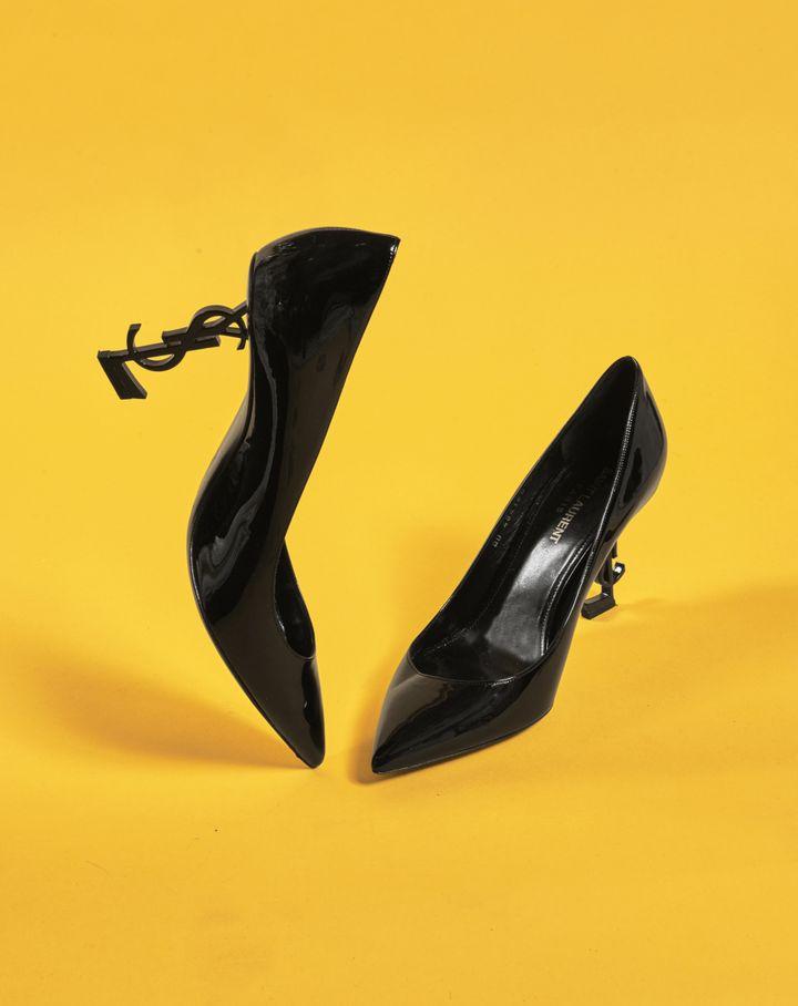 Vente online du 7 au 14 septembre de chaussures de l'actrice Catherine Deneuve : escarpin en cuir verni noir à talons structurés Yves Saint Laurent (Artcurial)
