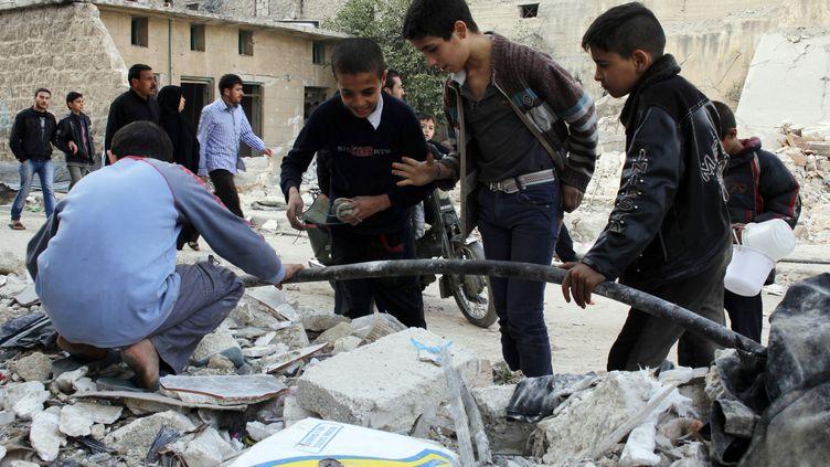 Alep (Syrie), des enfants qui n'ont plus que les débris les rues comme terrain de jeu - le 24 novembre 2013 (MOHAMMED AL-KHATIEB / AFP)