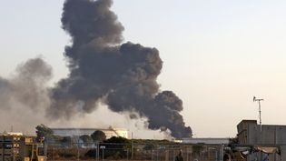 De la fumée s'échappe d'un entrepôt de pétrole dans la ville d'Ashkelon, dans le sud d'Israël, le 11 mai 2021. (JACK GUEZ / AFP)
