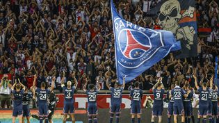 Les joueurs du PSG communient avec leurs supporters au Parc des Princes le 14 août 2021. (OLIVIER CORSAN / MAXPPP)
