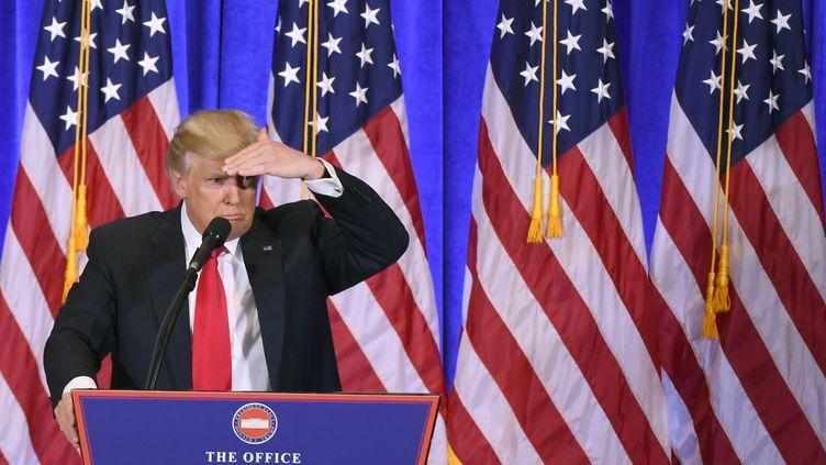 Le président élu Donald Trump répond à des journalistes pendant une conférence de presse, le 11 janvier 2017 à New York. (DON EMMERT / AFP)