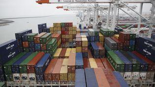 Des cintainers sur un bateau dans le port du Havre (Seine-Matitime). Photo d'illustration. (CHARLY TRIBALLEAU / AFP)