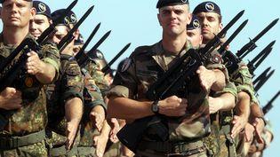 Des soldats de la brigade franco-allemande répétent le défilé du 14-Juillet, à Munchhouse, dans le Haut-Rhin, le 2 juillet 2013. (MAXPPP)