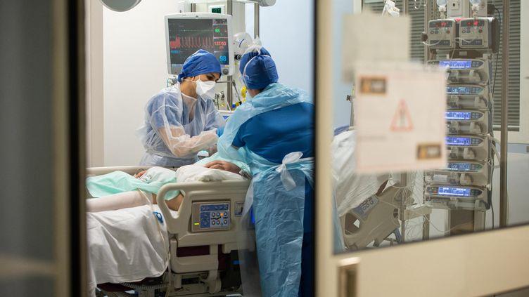 Du personnel médical s'occupe d'un patient atteint du Covid-19 à Périgueux (Dordogne), le 19 novembre 2020. (ROMAIN LONGIERAS / HANS LUCAS / AFP)
