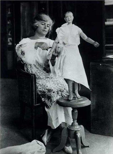 Madeleine Vionnet dans son atelier en 1920 avec un de ses mannequins mesurant 80 centimètres sur lequel elle travaillait ses modèles  (DR)